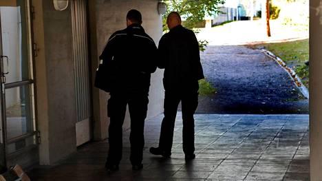 Poliisi suoritti tutkimuksia uhrin ja epäillyn talolla Laajasalossa perjantaina.