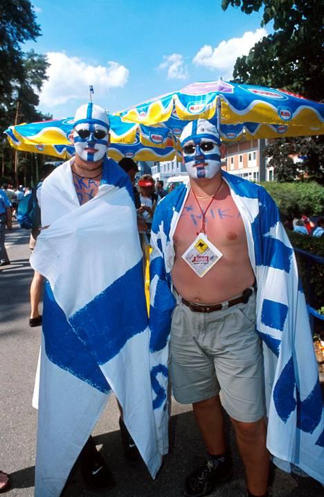 Suomalaisfaneille kaksi kuskia kärkitalleissa oli ainutlaatuinen kokemus, ja sen edestä sopikin pukeutua värikkäästi.