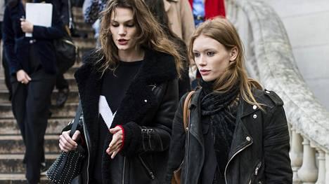 Mustat vaatteet ovat usealle tietoinen tyylivalinta, mutta moni pukee värin myös puhtaasti turvavaatteena.