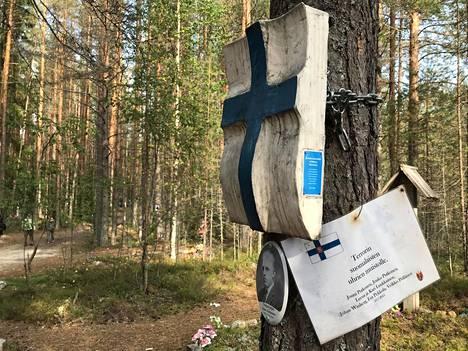 Sandarmohin joukkohaudalla on lukuisia muistomerkkejä suomalaisille Stalinin poliittisen terrorin uhreille 1930-luvulta.