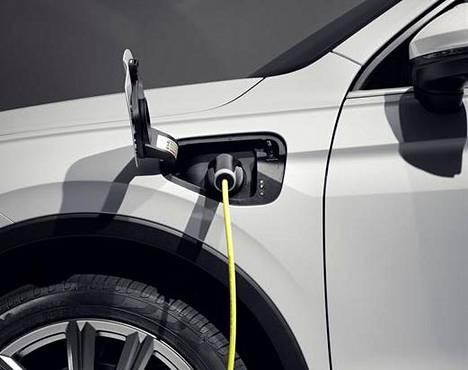Yhdellä latauksella hybridi-Tiguanilla ajaa sähköllä enimmillään 50 kilometriä. Uudet Tiguanit saapuvat Suomen Volkswagen-jälleenmyyjille loppusyksystä.
