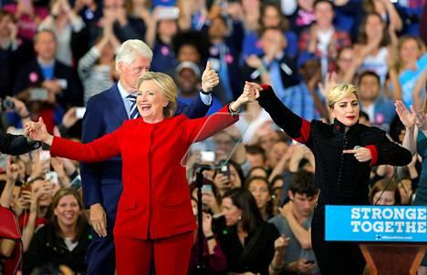 Hillary Clinton näyttäytyi viimeisessä kampanjatilaisuudessaan yhdessä poptähti Lady Gagan kanssa.
