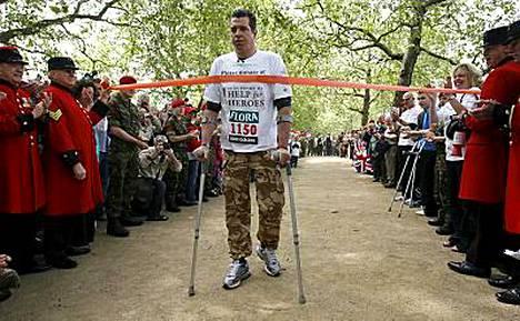 Sinnikäs brittisotilas Phil Packer nousi jaloilleen ja suoritti Lontoon Maratonin 13 päivässä.