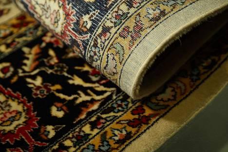 Huutokaupattava matto on tarkkaa käsityötä.