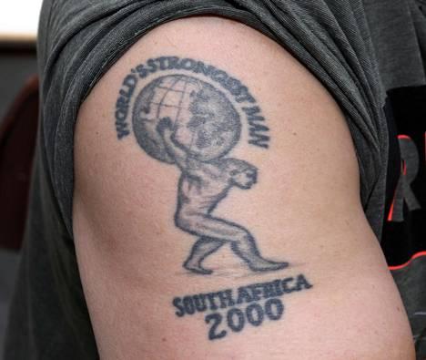 Janne Virtanen oli maailman vahvin mies Etelä-Afrikassa pidetyissä kisoissa 2000. Muistona tästä on tatuointi miehen olkapäässä.