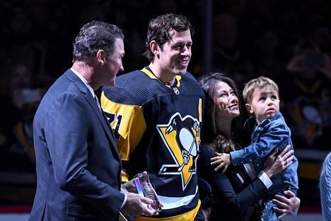 Jevgeni Malkin sanoi hankkineensa kaksoiskansalaisuuden helpottaakseen omaa ja perheensä elämää Yhdysvalloissa. Kuvassa Malkin vaimonsa ja poikansa kanssa Penguinsin kotiareenalla keväällä 2019.