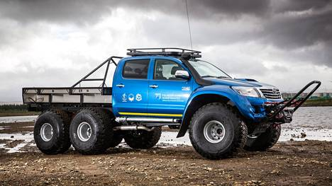 Islannissa 6x6-pyöräinen Hilux kelpaa tieliikennekäyttöön. Suomessa lupaa tuskin Trafilta heltiäisi. Maavaraa pienimmilläänkin reilut 37 senttimetriä.