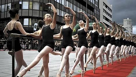 Balettitanssijat tanssivat Pamplonanassa Espanjassa Tanssipäivän aikana.