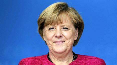 Saksan liittokansleri Angela Merkel hymyili Stralsundissa viimeisenä kampanjapäivänä lauantaina.