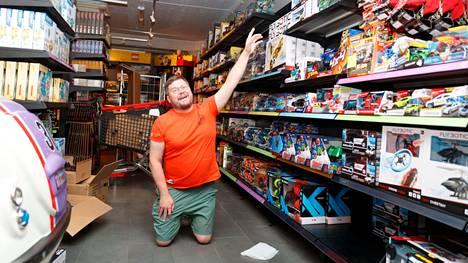 Näyttelijä Janne Katajan lelukaupassa hyllyt notkuvat leluja lattiasta kattoon.