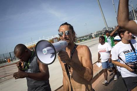 Delto de Oliveira, 49, johtaa Vila Autodromon asukkaiden ja kansalaisjärjestöjen protestia häätöjä vastaan. Kaupunki halusi siivota olympiapuiston kupeessa sijainneen entisen kalastajakylän pois maailman silmistä.