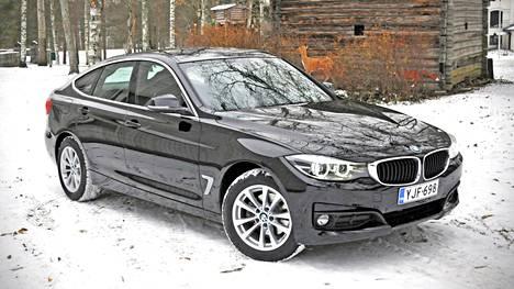 BMW:n päivitysten ilmeeseen sisältyvät keulan leventyneet munuaismaskit ja ajovalot, jotka yhdistyvät sisäreunoiltaan. Samantapainen järjestely on myös upouuden 5-sarjalaisen nokalla.
