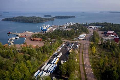 Amorellalla olleita rekkoja on pysäköityinä Långnäsin satamassa.