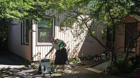 Tänä vuonna asunnonostajia ovat kiinnostaneet kohteet, joissa on oma piha. Heinäkuussa kiinteistönvälittäjä Minna Uunimäki esitteli erillistaloa Helsingin Tapaninvainiolla.