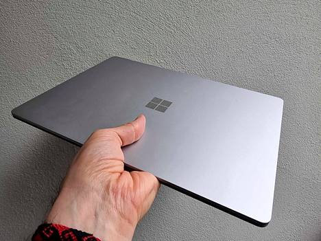 13,5-tuumaisella näytöllä varustettu Surface Laptop 4 on noin 1,5 senttiä paksu ja painaa vajaat 1,3 kiloa. Kyse ei ole ultrakevyestä laitteesta, mutta se kulkee silti näppärästi mukana.