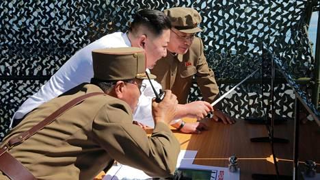 Pohjois-Korean johtaja Kim Jong-un seurasi sotilasjohtajineen satelliitin laukaisuun tarkoitetun rakettimoottorin testiä maan KCNA-uutistoimiston syyskuussa 2016 julkaisemassa kuvassa.