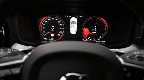 Jos on jo ehtinyt ostaa Volvo S60 T8 TWE AWD Polestar Engineered -mallin (mittaristo kuvassa), niin sen huippunopeus 250 km/h pysyy. Uusissa Volvoissa raja tulee vastaan nopeammin.