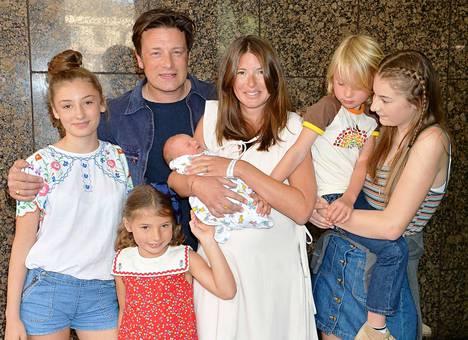 Jamie ja Jools lastensa Daisyn, Petalin, Buddyn ja Poppyn kanssa lähtemässä sairaalasta vuonna 2016 vastasyntyneen River-poikansa kanssa.