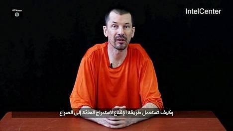John Cantlie saarnaa ääri-islamia Isisin videolla. Cantlie on ehkä nähnyt vankitovereidensa teloitukset.