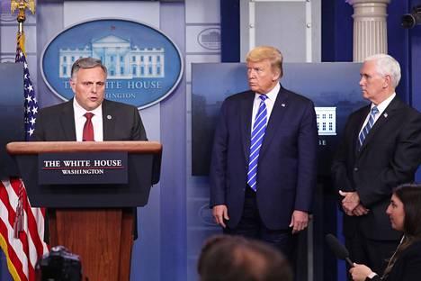 Trump ja varapresidentti Mike Pence kuuntelivat, kun kotimaan turvallisuusviraston tieteen ja teknologian osaston johtaja Bill Bryan kertoi uusista tutkimustuloksista.