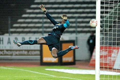 Nancyn kamerunilainen maalivahti Guy-Roland Ndy kuvattuna joukkueensa saadessa Evianin tiimin vastaan Parc des sportsin stadionilla Annecyssa.