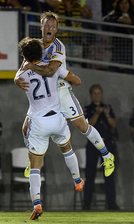 Väyrynen juhli Tommy Meyerin kanssa maalia harjoitusottelussa FC Barcelonaa vastaan 21. heinäkuuta 2015.