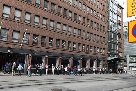 Pankkikonttoreissa on ollut työntekijöitä läpi koronan. Kuva Nordean konttorin edustalta kesäkuun alussa. Jonossa noudatettiin turvavälejä.