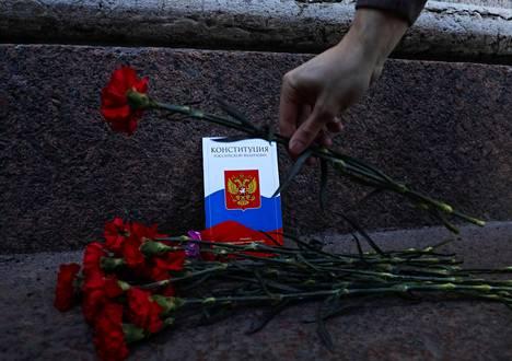 Pietarissa mielenosoittajat asettivat neilikoita Venäjän nykyisen perustuslain eteen merkkinä siitä, että Vladimir Putinin uusi perustuslaki hautaa loputkin Venäjän demokratian rippeet.