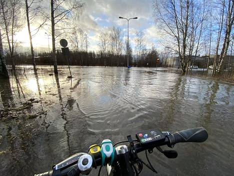 Myös pyöräilijät törmäsivät vesiesteisiin Espoon Olarinluomassa.