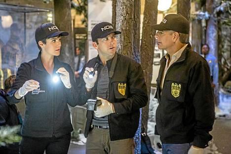 – Dwayne Pride (oik.) on NCIS-ryhmän johtaja, ja häntä esittävä Scott Bakula on meidän johtajamme, Zoe kuvailee työtoveriaan.