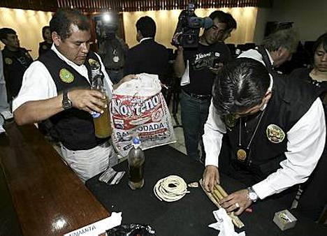 Poliisi väitti, että näissä pulloissa on ihmisrasvaa.