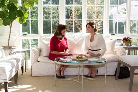 Varapresidentti Mike Pencen Karen-vaimo joi teetä Kreikan silloisen pääministerin Alexis Tsiprasin vaimon Betty Bazianan kanssa lokakuussa 2017.