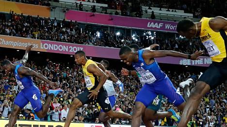 Justin Gatlin (vas.) runnoi MM-sankariksi Lontoossa. Usain Bolt (oik.) joutui tyytymään pronssiin.