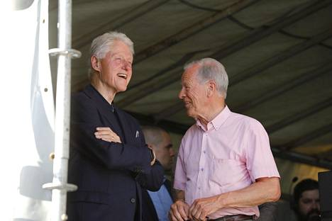 Bill Clinton ja Anders Wiklöf viihtyivät toistensa seurassa ulkoilmakonsertin lavalla Maarianhaminassa.