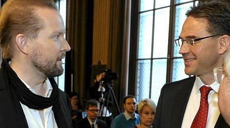 Professori Pekka Himanen ja pääministeri Jyrki Katainen juttusilla Säätytalolla.