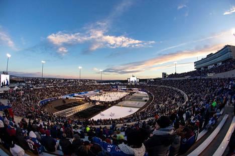 Vielä alkulämpöjen aikaan Falcon Stadiumilla oli valoisaa, mutta paikallista aikaa kello 18 alkaneen ottelun käynnistyessä taivas oli jo tumma.
