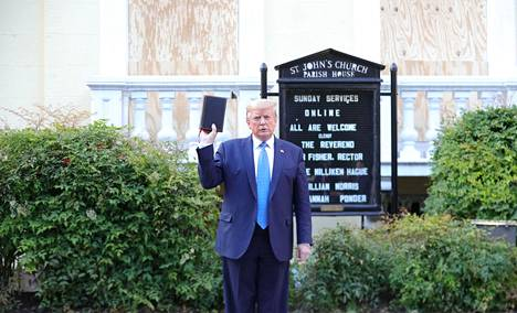 Trump piteli Raamattua kädessään kirkon edessä.