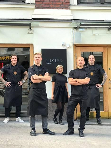 Serko Rantanen, Mika Ranin, Ronny Malmberg sekä Minka ja Tomi Björck uuden ravintolan edustalla.