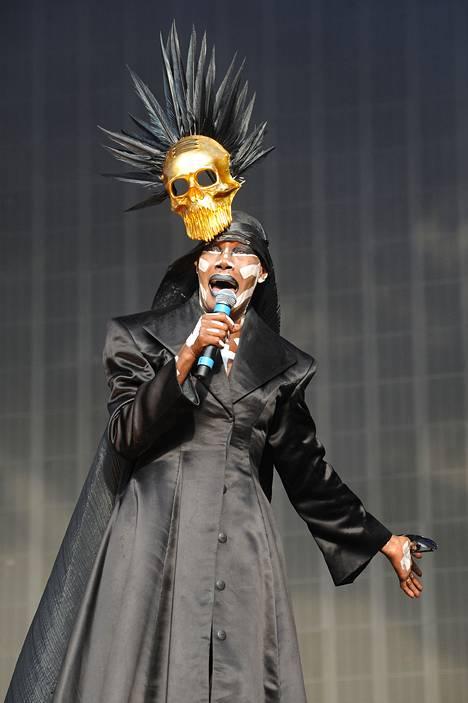 Pelkässä ihomaalissa ja stringeissä Jones ei viihtynyt koko konsertin ajan. Entisen Bond-tytön yllä nähtiin myös musta hupullinen takki.