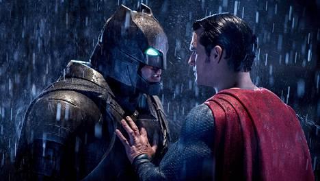 Batmanin (Ben Affleck) ja Supermanin (Henry Cavill) uuteen, entistä synkempään maailmaan on lainattu piirteitä muun muassa Frank Millerin vaikutusvaltaisista Batman-sarjakuvista.