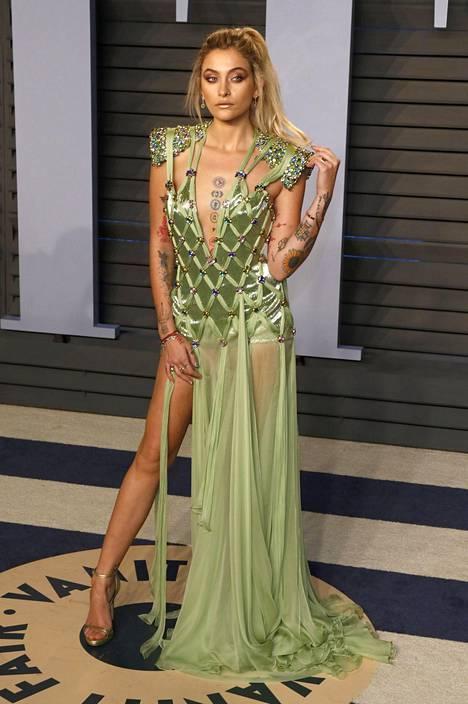 Mallina työskentelevä Paris Jackson osallistui näyttävässä asukokonaisuudessa Vanity Fairin Oscar-juhliin vuonna 2018.