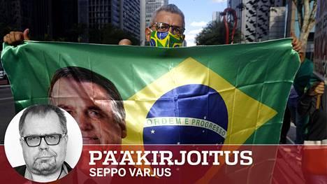 Brasilian presidentti Jair Bolsonaroa tukeva mielenosoittaja Sao Paulossa. Bolsonaron kannatus on vähentynyt, mutta häneen uskovat ovat yhä fanaattisempia.