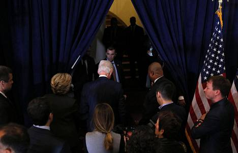 Hillary ja Bill Clinton poistuvat tappopuheen jälkeen New Yorkissa järjestetystä tilaisuudesta.