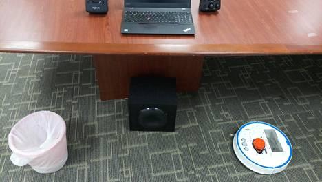 Tutkimuksessa robotti-imuri sijoitettiin tavallista huonetta mukailevaan ympäristöön.