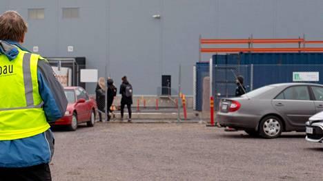Postin lakot aloittivat lakkosyksyn koko laajuudessaan. Paun lakkovahti Liedossa 11. marraskuuta.