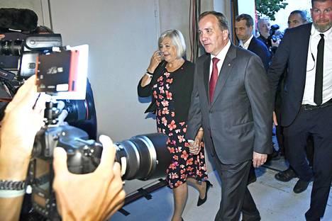 Pääministeri ja sosialidemokraattien puheenjohtaja Stefan Löfven saapui vaimoineen vaalivalvojaisiin.