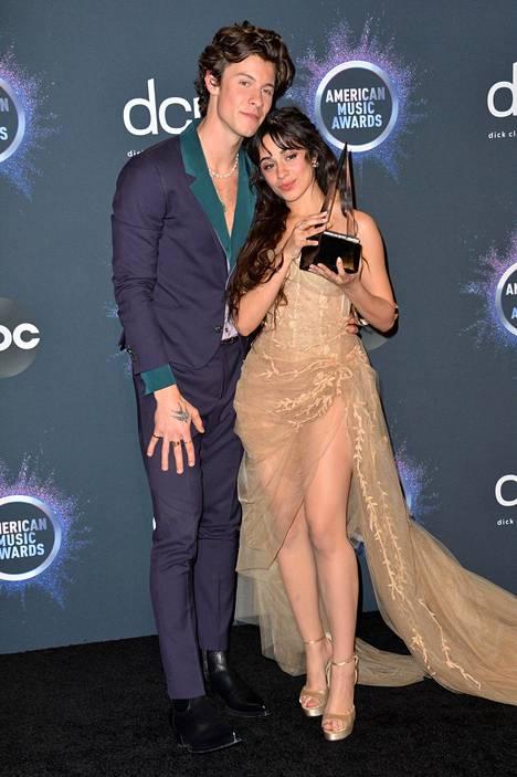 Camila Cabello seurustelee laulaja Shawn Mendesin kanssa.