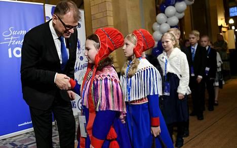 Emma Niittykumpu Karigasniemeltä ja Laura Länsman Utsjoelta Kariganiemeltä pääministeri Juha Sipilän koululaisille järjestetyssä valtakunnallisessa itsenäisyyden satavuotisjuhlassa Säätytalolla Helsingissä 5. joulukuuta vuonna 2017.