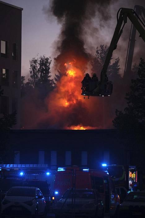 Palopäällikkö kertoo, että rakennus on rakenteidensa vuoksi erittäin haastava sammutettava.