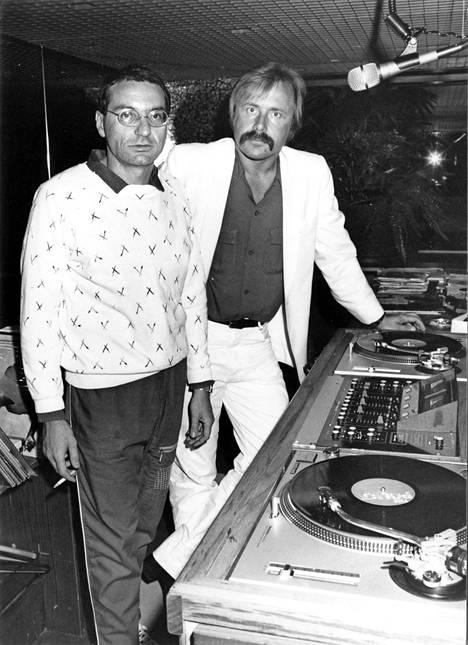 Kaksi tiskijukkalegendaa, Black Mike ja Joke Linnamaa yhteiskeikalla Rocktailsissa 1981.